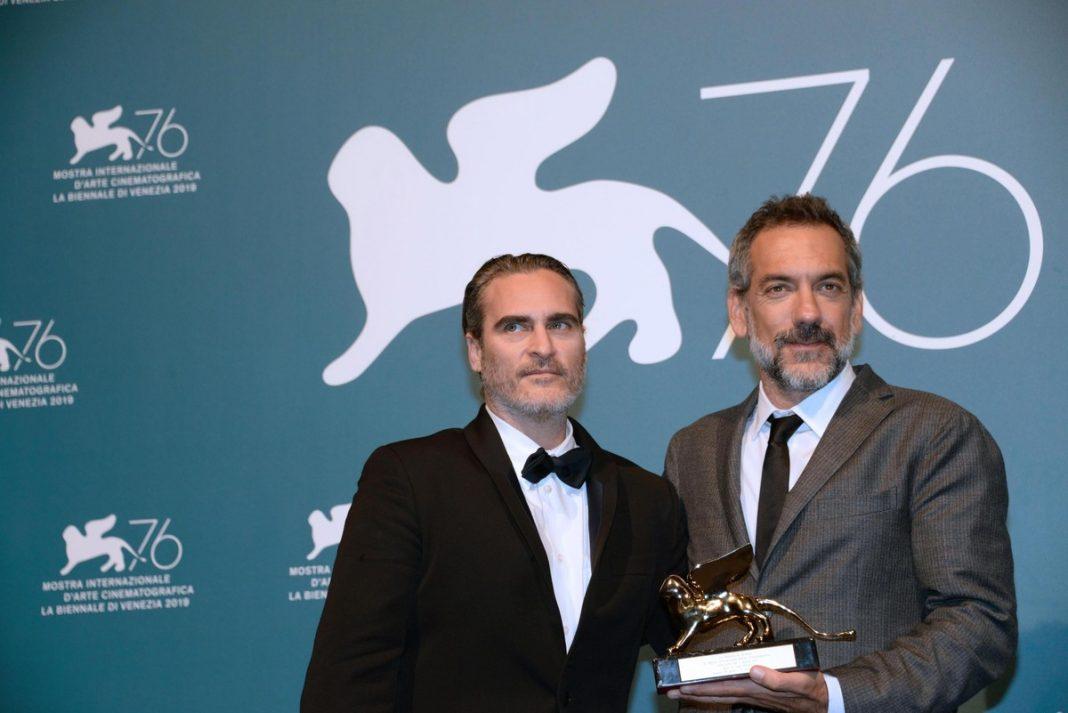 Joaquin Phoenix y Todd Phillips con el León Dorado en el Festival de Cine de Venecia   Crédito: EFE