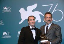 Joaquin Phoenix y Todd Phillips con el León Dorado en el Festival de Cine de Venecia | Crédito: EFE